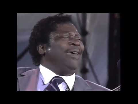 BB King breaks a guitar string mid-song and handles it like a pro.